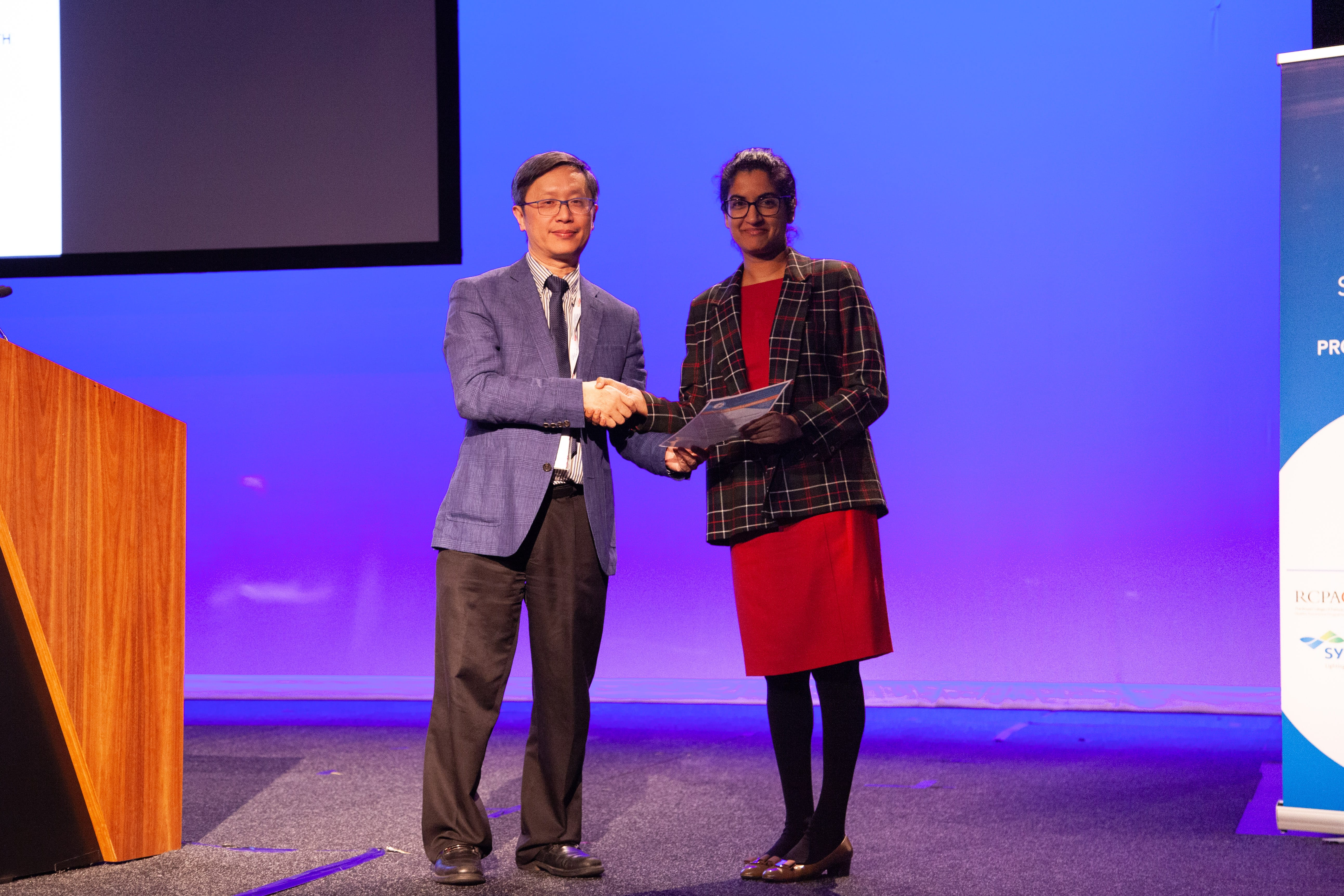Alfred Lam presenting 1st Commentation Prize Winner in Abstract Poster Pathologist Category to Laveniya Satgunaseelan