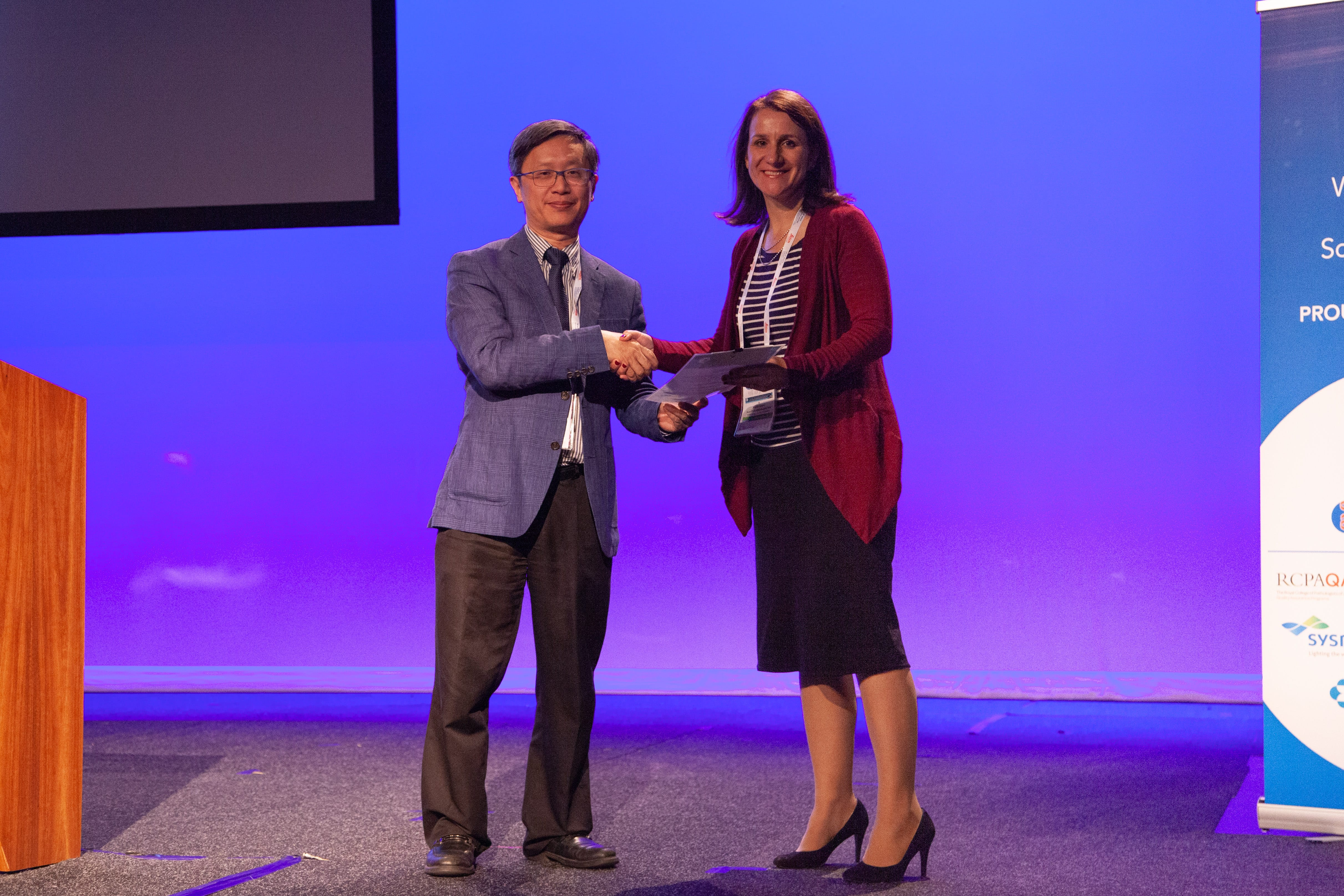 Alfred Lam presenting Best Poster Winner in Abstract Pathologist Category to Wendy Cooper